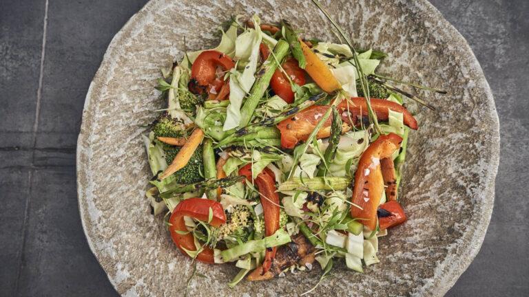 Salat af grillet grønt
